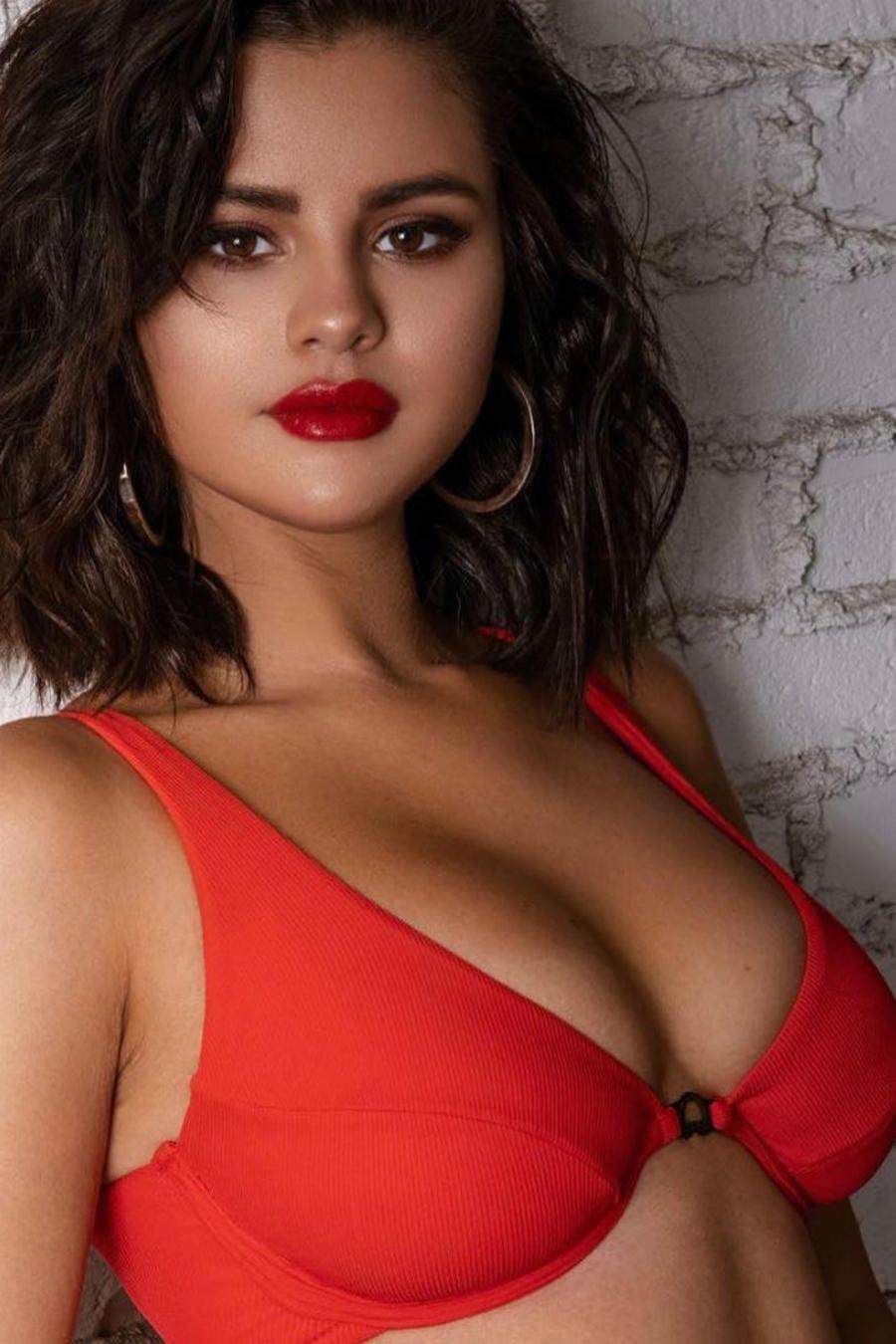Selena Gomez en traje de baño rojo