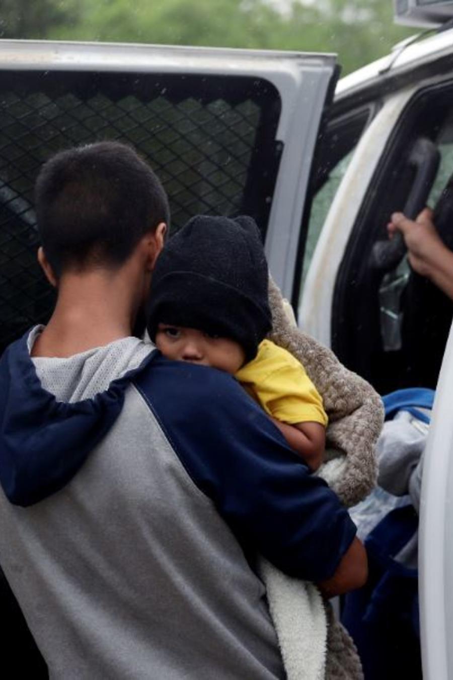 Una foto de archivo del pasado marzo muestra a familias migrantes que cruzaron la frontera de EE. UU. cerca de McAllen, Texas.