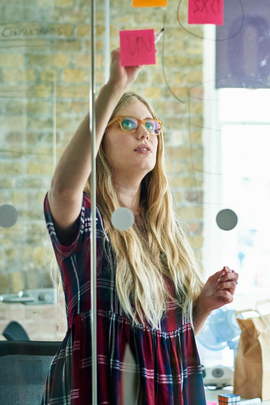 Mujer organizando lluvia de ideas