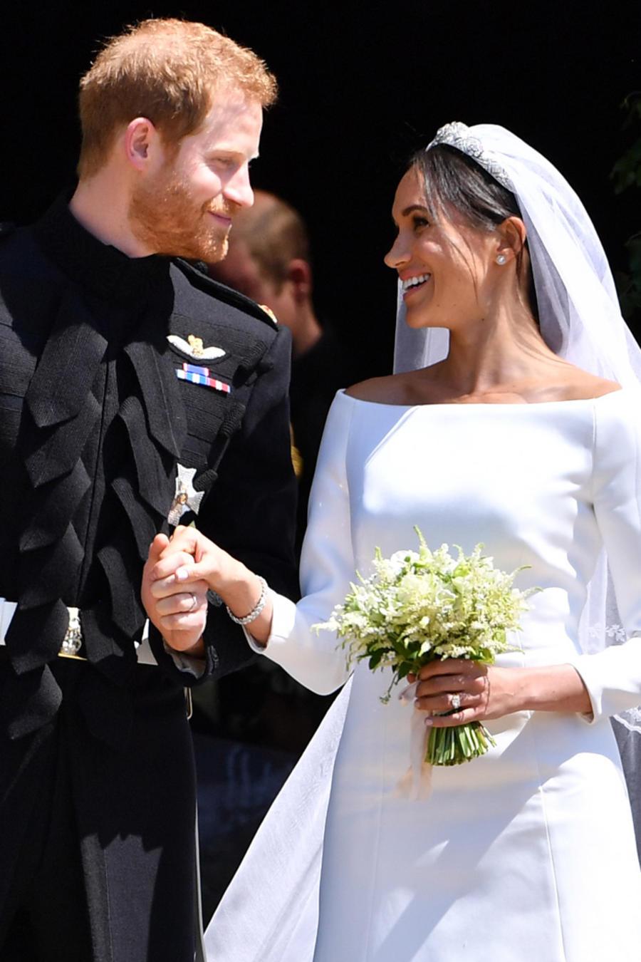 El príncipe Harry y su esposa Meghan Markle a las afueras de la capilla de St. George's tras su boda el 19 de mayo de 2018