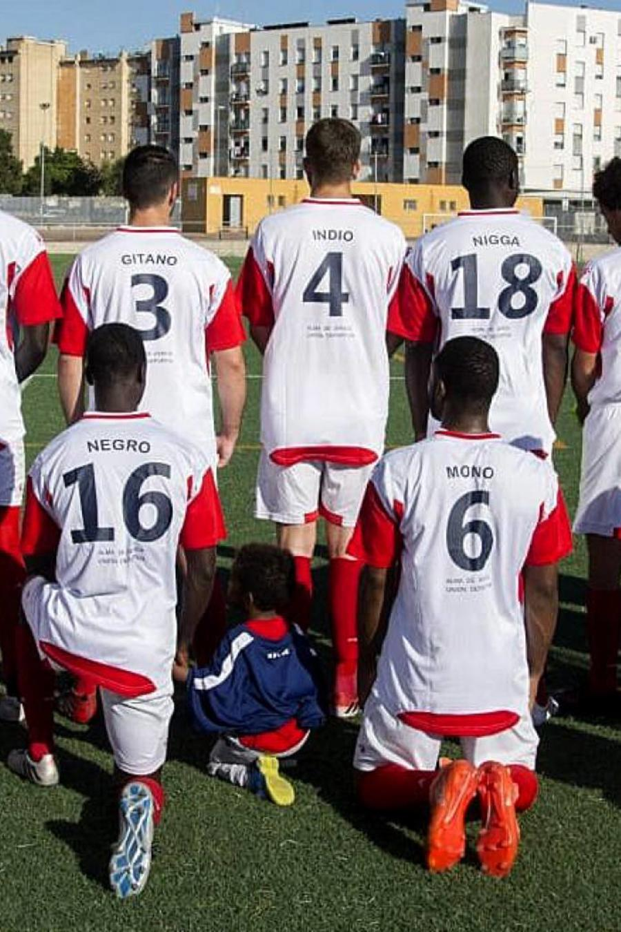 Los jugadores del Alma de África con los insultos racistas en sus camisetas.