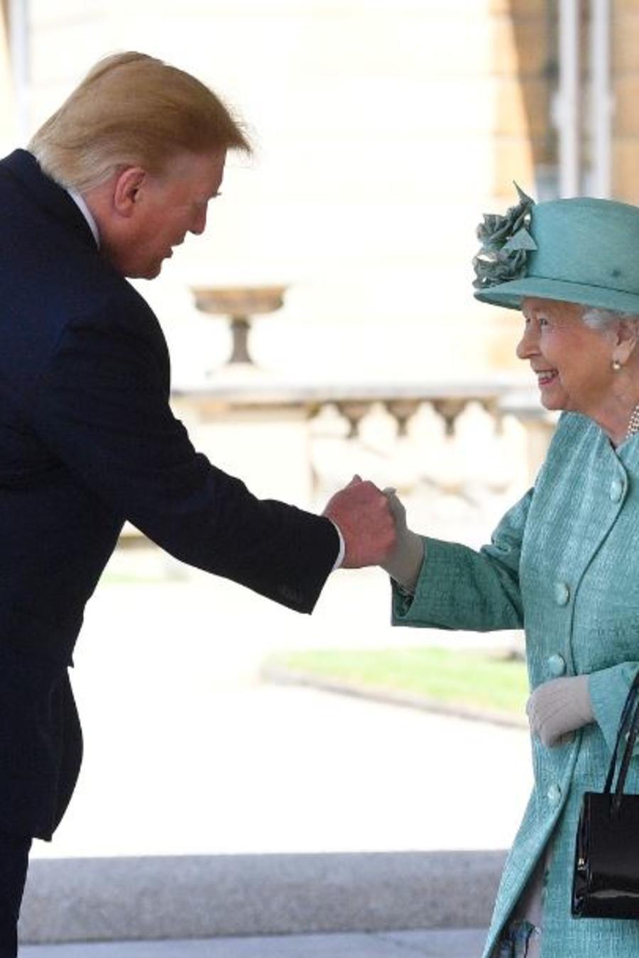 La reina Isabel II saluda al presidente de los Estados Unidos, Donald Trump, en el Palacio de Buckingham, en Londres.