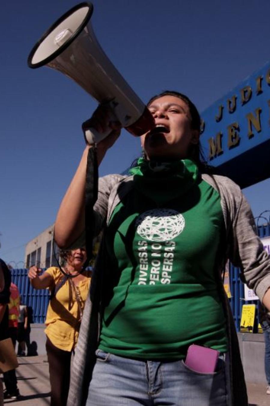 Mujeres protestan frente a una sala de audiencias en una imagen de archivo exigiendo que el gobierno libere a las reclusas que cumplen condenas de 30 años de prisión por abortar en El Salvador.