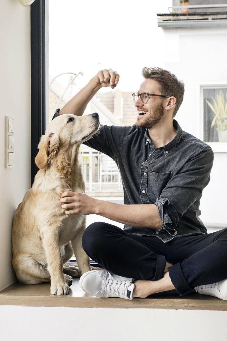 Hombre jugando con su perro