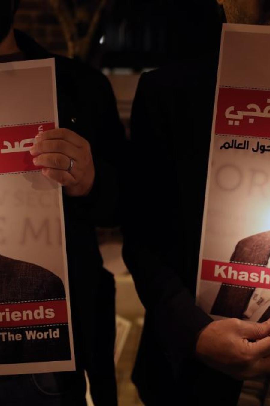 Fotografía de octubre de 2018 que muestra a manifestantes durante una vigilia por el periodista Jamal Khashoggi ante el consulado de Arabia Saudí en Estambul (Turquía).