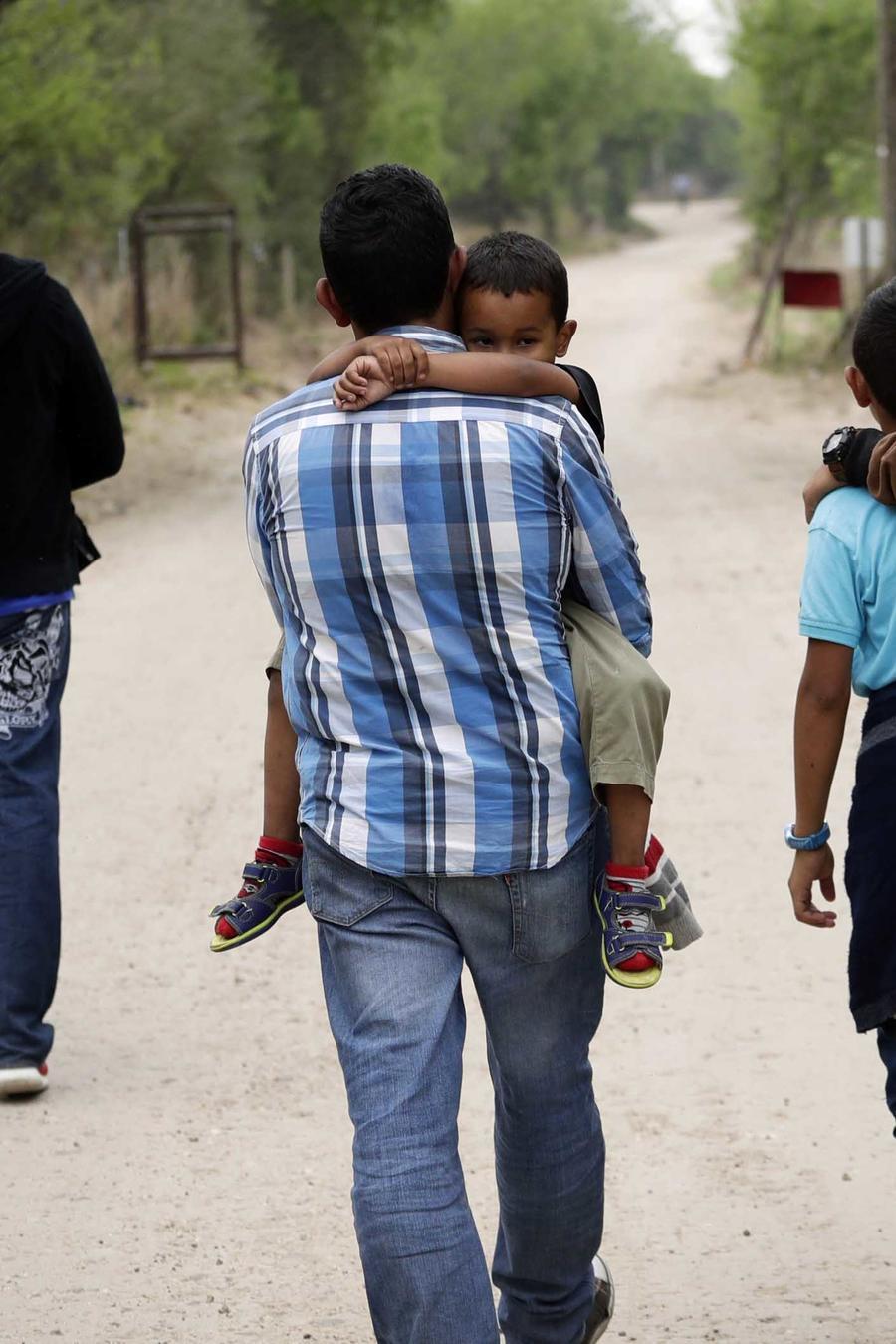 Imagen de archivo de migrantes cruzando la frontera entre México y Texas en marzo 2019