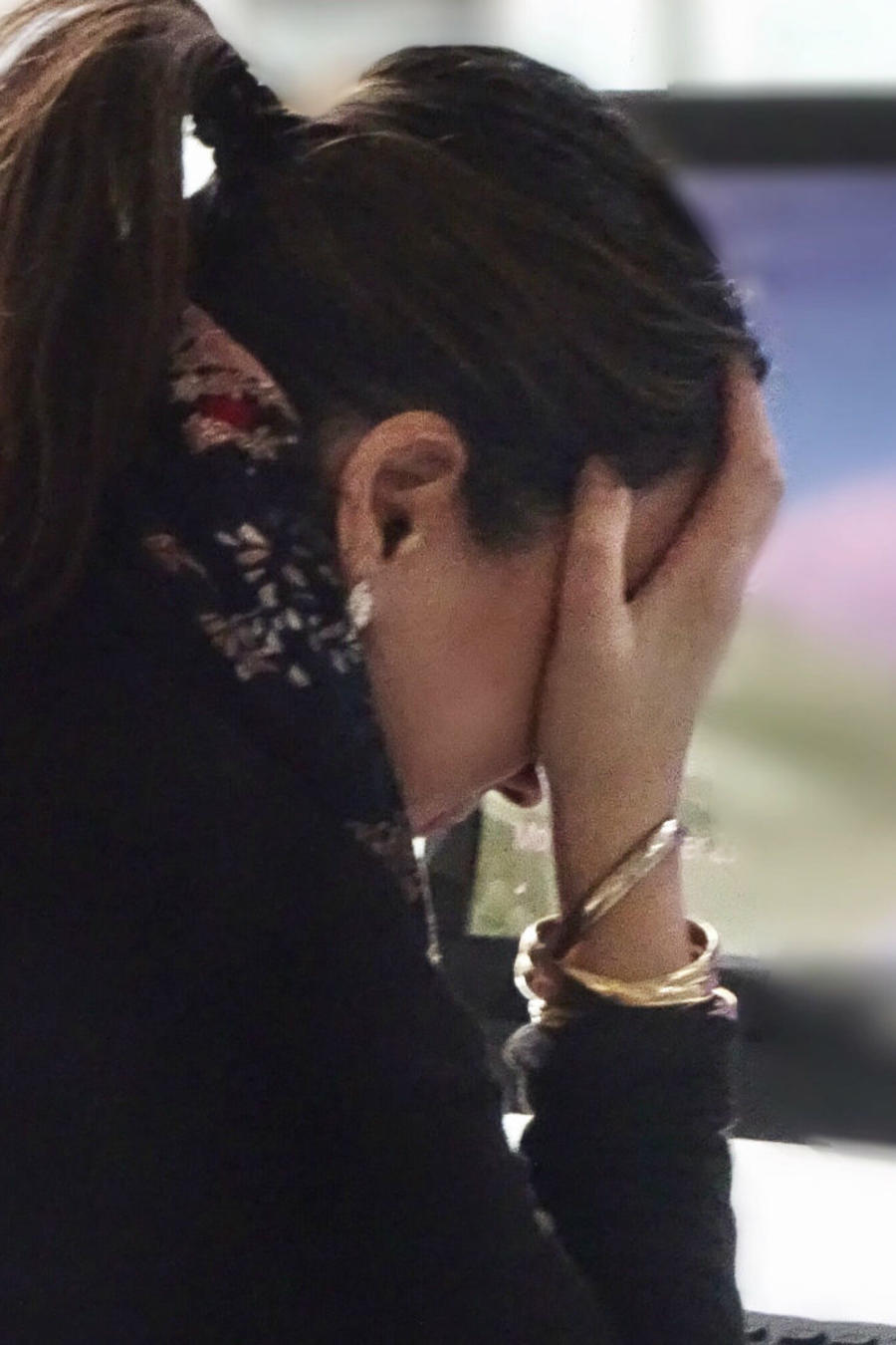 Mujer estresada frente a una computadora