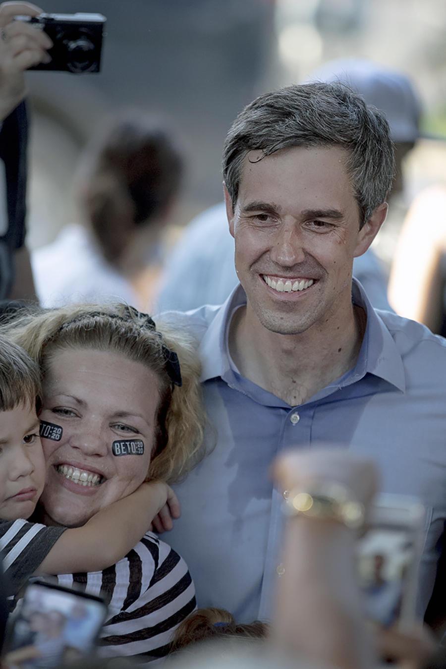 El aspirante a la candidatura presidencial demócrata Beto O'Rourke posa para una foto con simpatizantes durante un acto de campaña en Austin, Texas, el viernes 28 de junio de 2019.