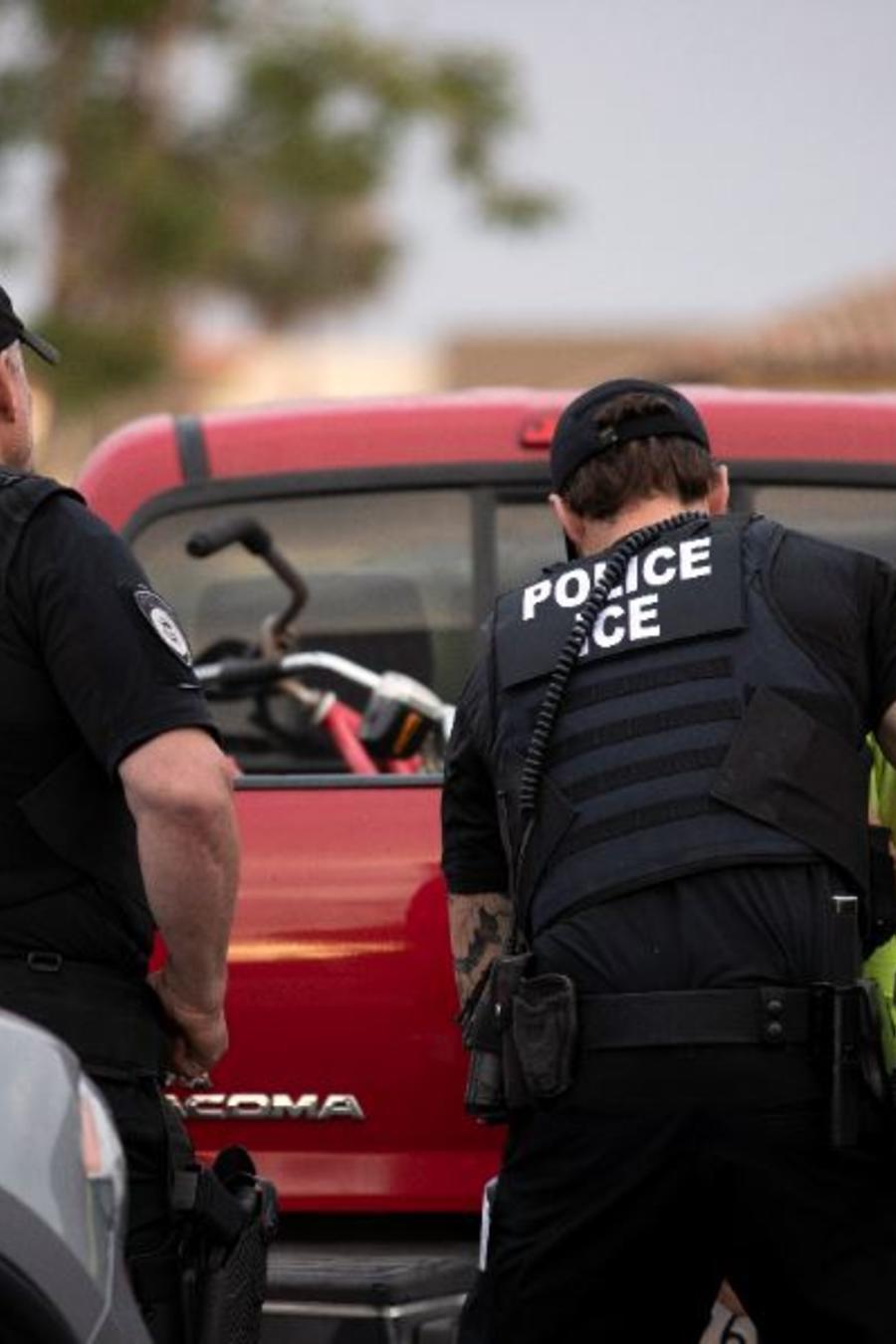 En esta foto del 8 de julio de 2019, un oficial de ICE detiene a un hombre durante una operación en Escondido, California.