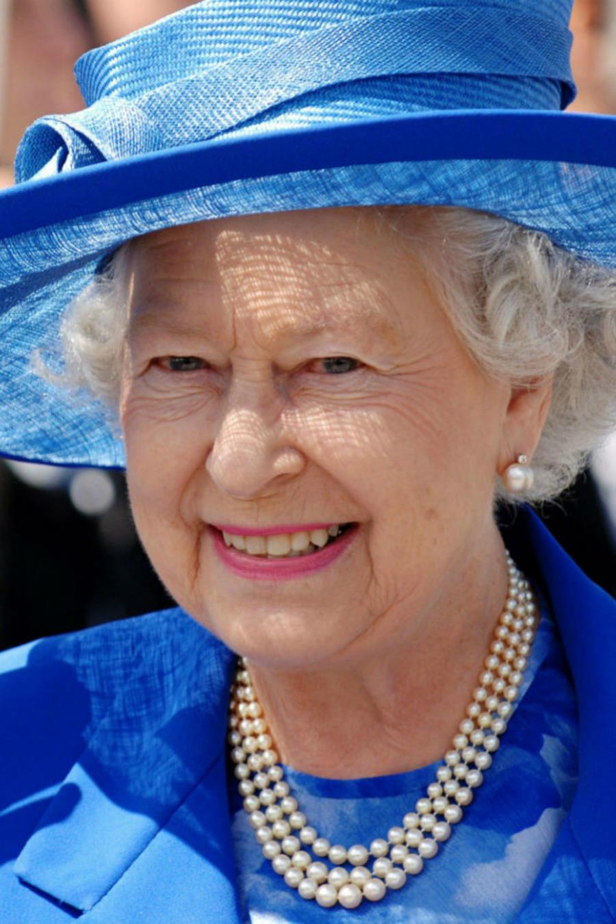 Reina Isabel II y Chabelo