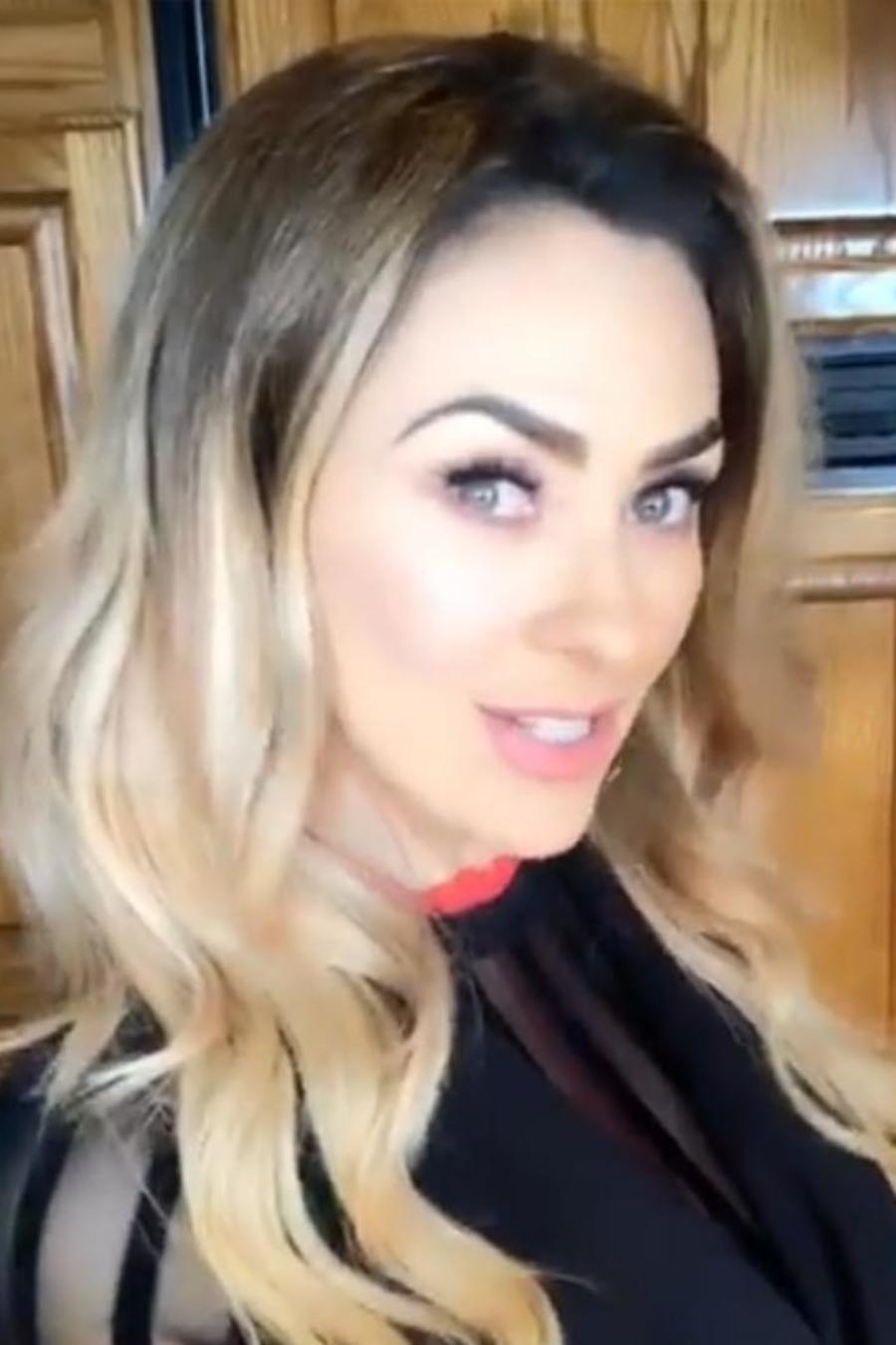 Aracely Arambula vistiendo una blusa negra