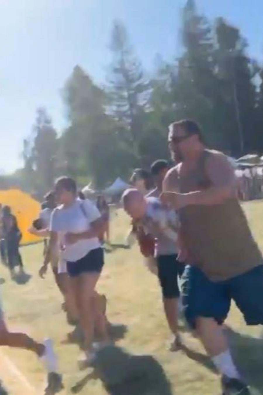 El público del Festival del Ajo de Gilroy, California, después de que se informara de un tirador activo este domingo.