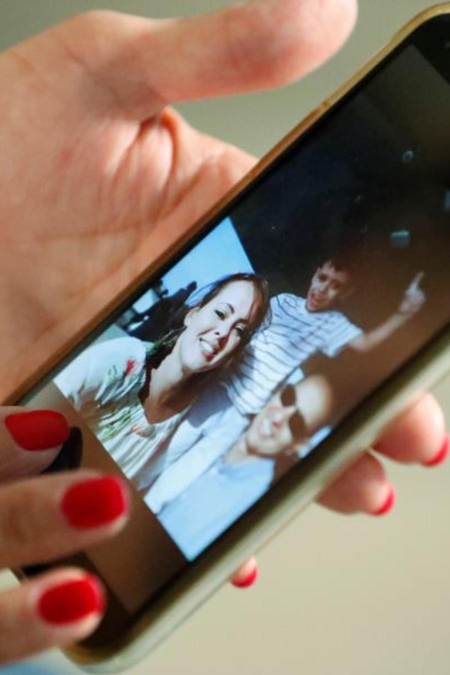 En esta imagen, tomada el 20 de junio de 2019, Mary Sardinas, de 60 años, muestra una fotografía de su hijo, su nuera y su nieto en Cuba.