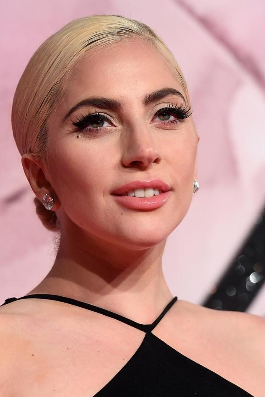 Lady Gaga asiste a The Fashion Awards 2016 en Londres