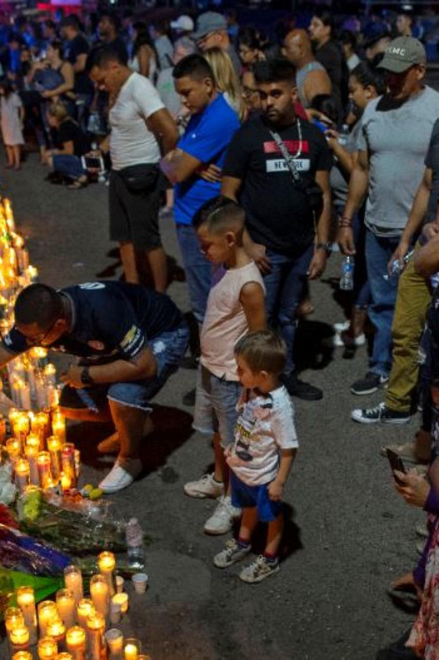 Memorial improvisado por las víctimas del tiroteo masivo en un complejo comercial en El Paso, Texas.