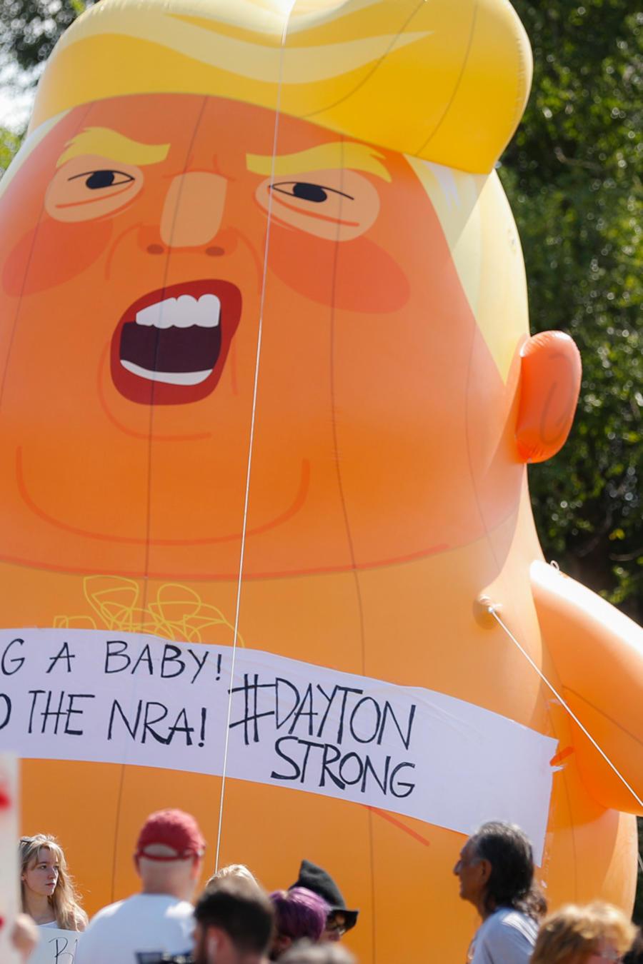 El bebé Trump hoy junto a manifestantes en Dayton, Ohio