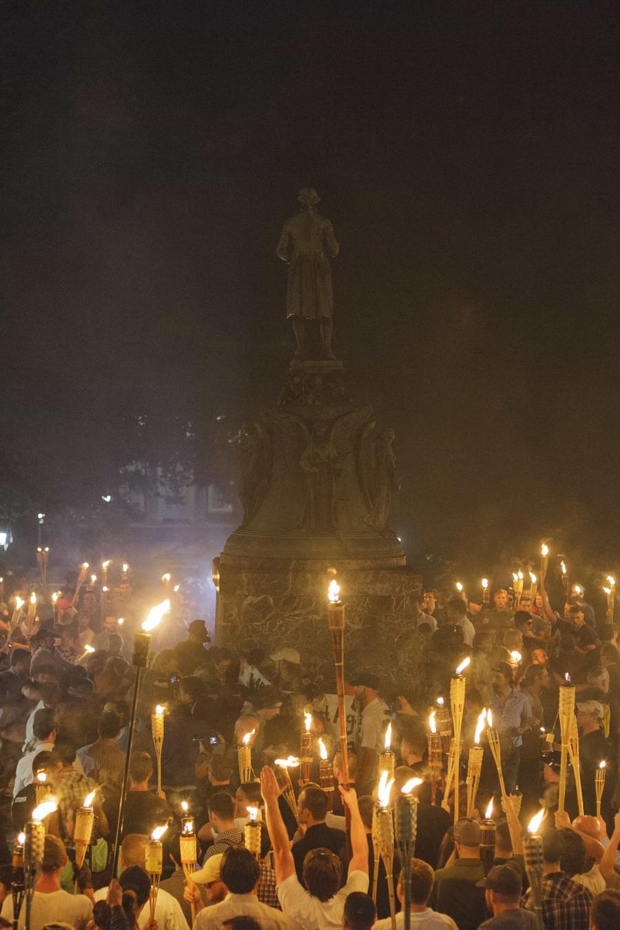 Nacionalistas blancos, neo-Nazis y supremacistas rodean a un grupo de contra manifestantes en Charlottesville
