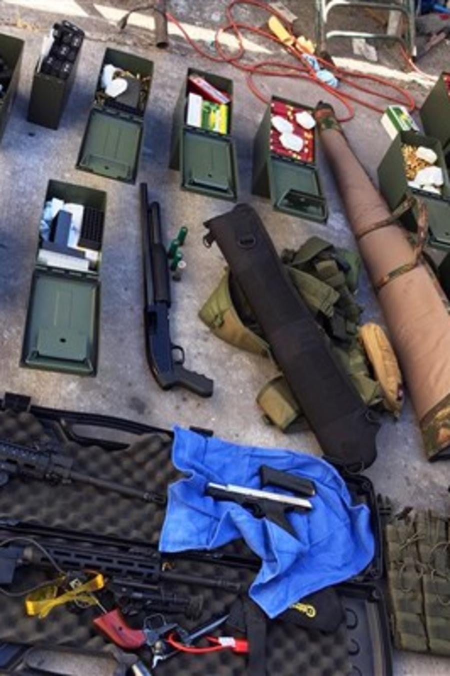 Armas y municiones confiscadas al empleado de un hotel del área de Los Ángeles que presuntamente amenazó con un tiroteo masivo.