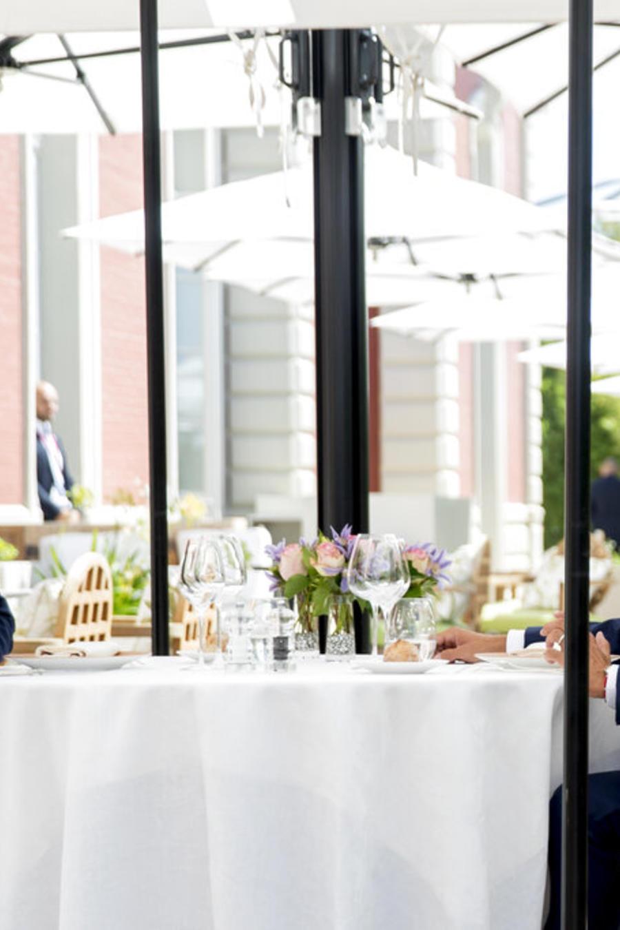 Los presidentes Donald Trump, de Estados Unidos, izquierda, y de Francia, Emmanuel Macron, almuerzan juntos en el Hotel du Palais en Biarritz, Francia, sábado 24 de agosto de 2019.