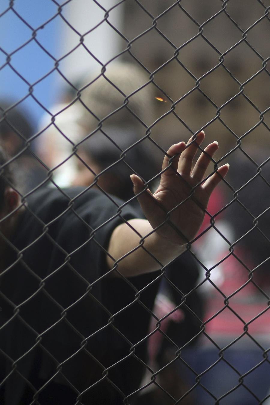 Migrantes venezolanos esperan cruzar la frontera de Ecuador y Perú en la ciudad de Tumbe