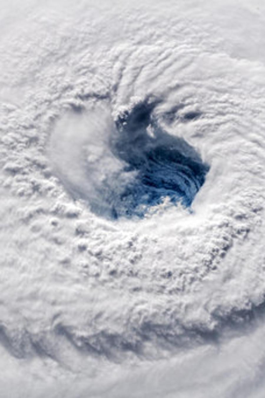 Un hombre se protege de los efectos del huracán Florence, en una imagen de 2018.