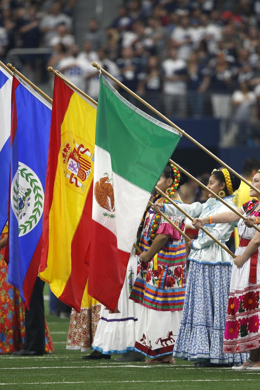 Fotografía de archivo de las celebraciones por el Mes de la herencia hispana (del 15 de septiembre al 15 de octubre) en el estadio de Los Vaqueros de Dallas, Texas