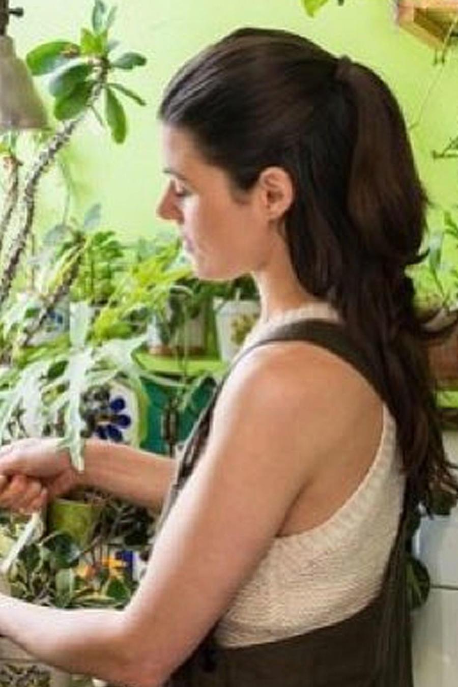 Mujer con sus plantas
