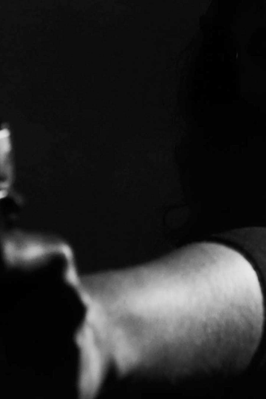 Una mujer dispara un arma de fuego