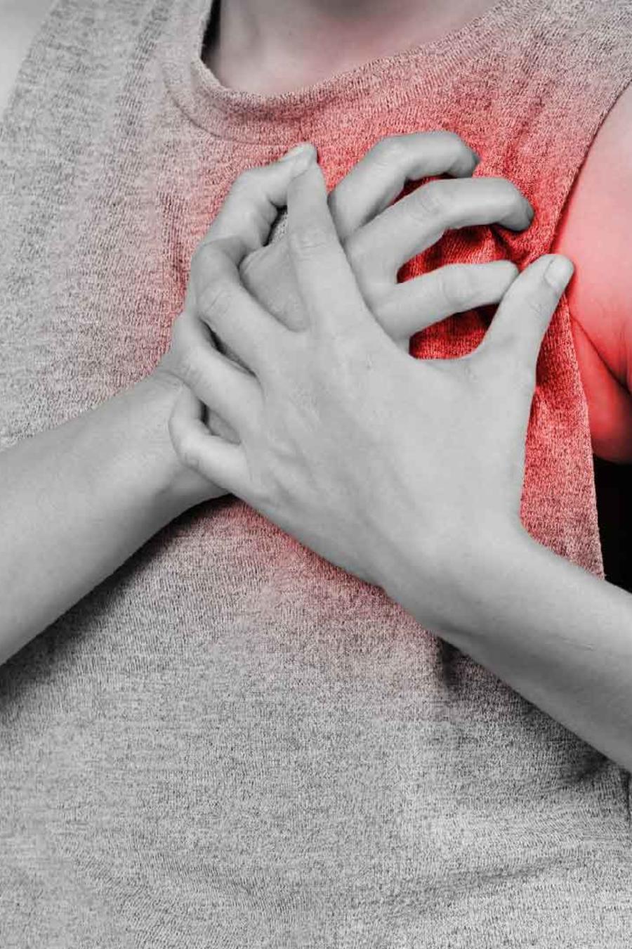 Mujer sufriendo infarto