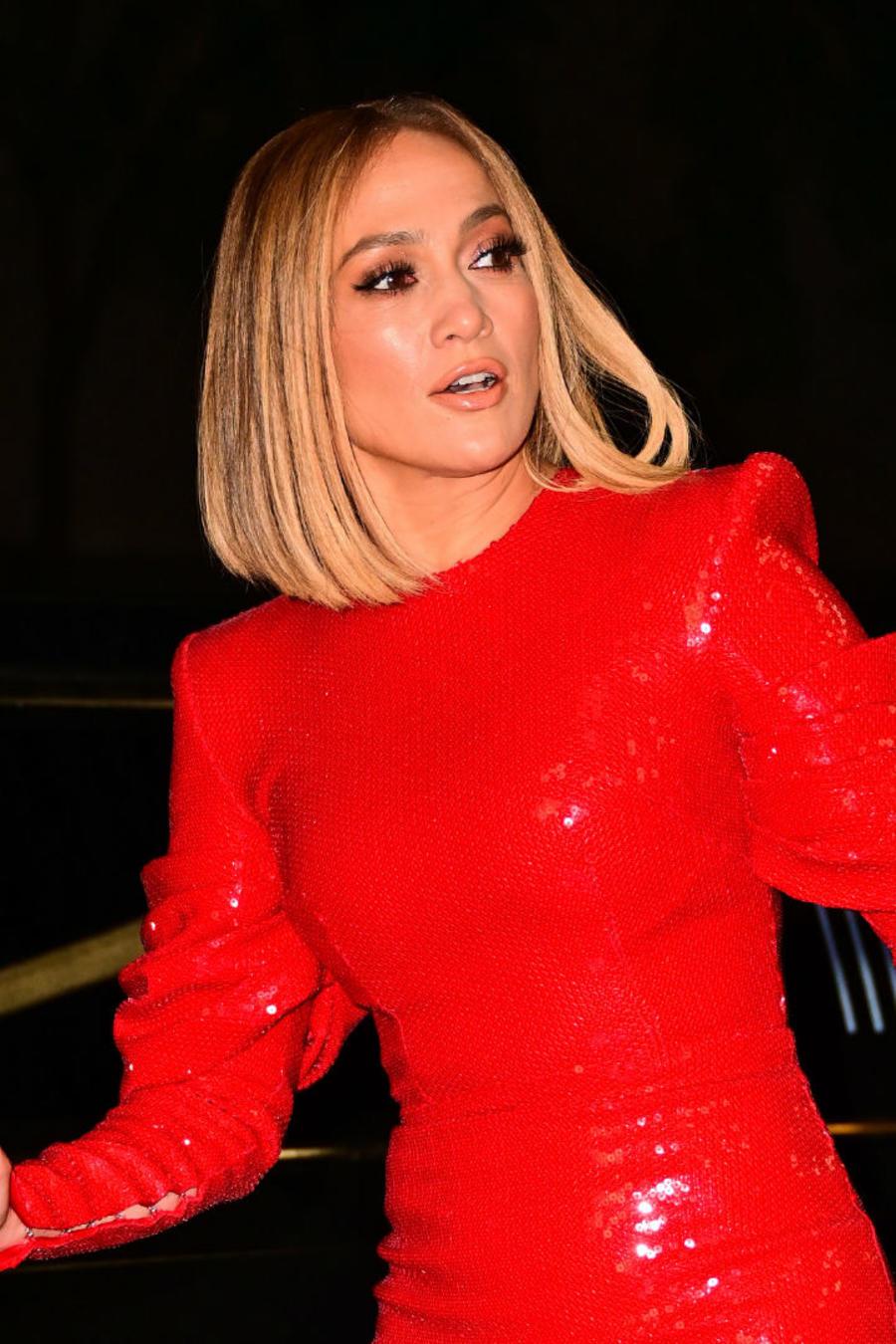 Jennifer Lopez con vestido rojo de lentejuelas en Nueva York