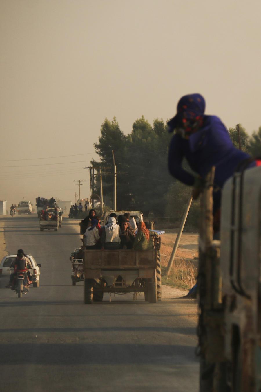Imagen de sirios saliendo del pueblo Ras Al Ayn, ubicado cerca de la frontera con Turquía, luego de los bombardeos aéreos del 9 de octubre de 2019.