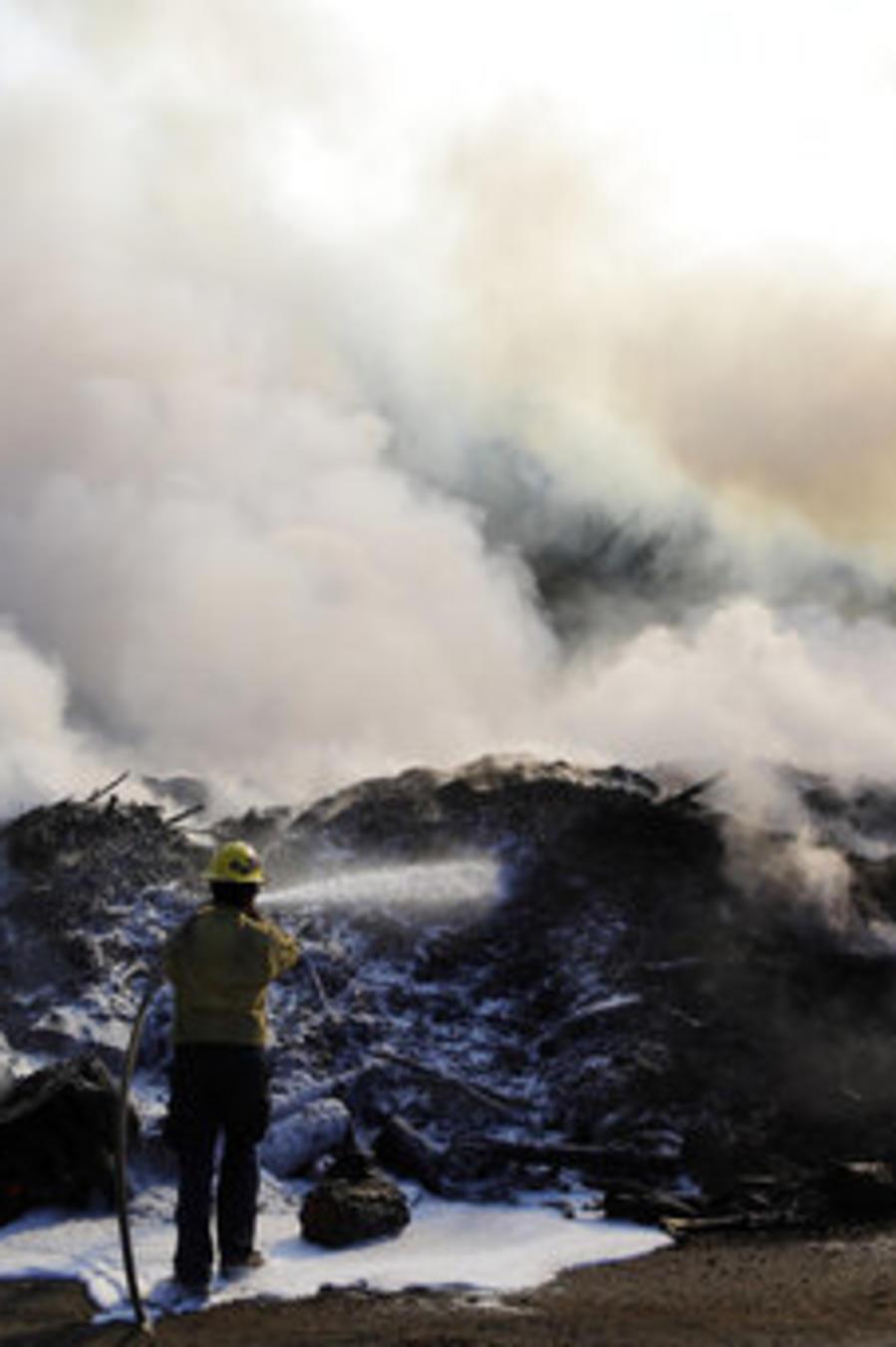 Un bombero trabaja este sábado para contener las llamas cerca de Los Ángeles, California.