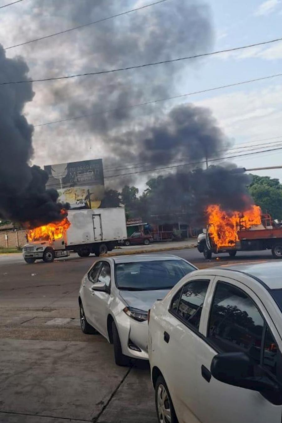 Vehículos en llamas en la tarde de este jueves en Culiacán, capital del estado mexicano de Sinaloa, donde se desató una oleada de violencia tras un intento frustrado de captura de un hijo de 'El Chapo' Guzmán.