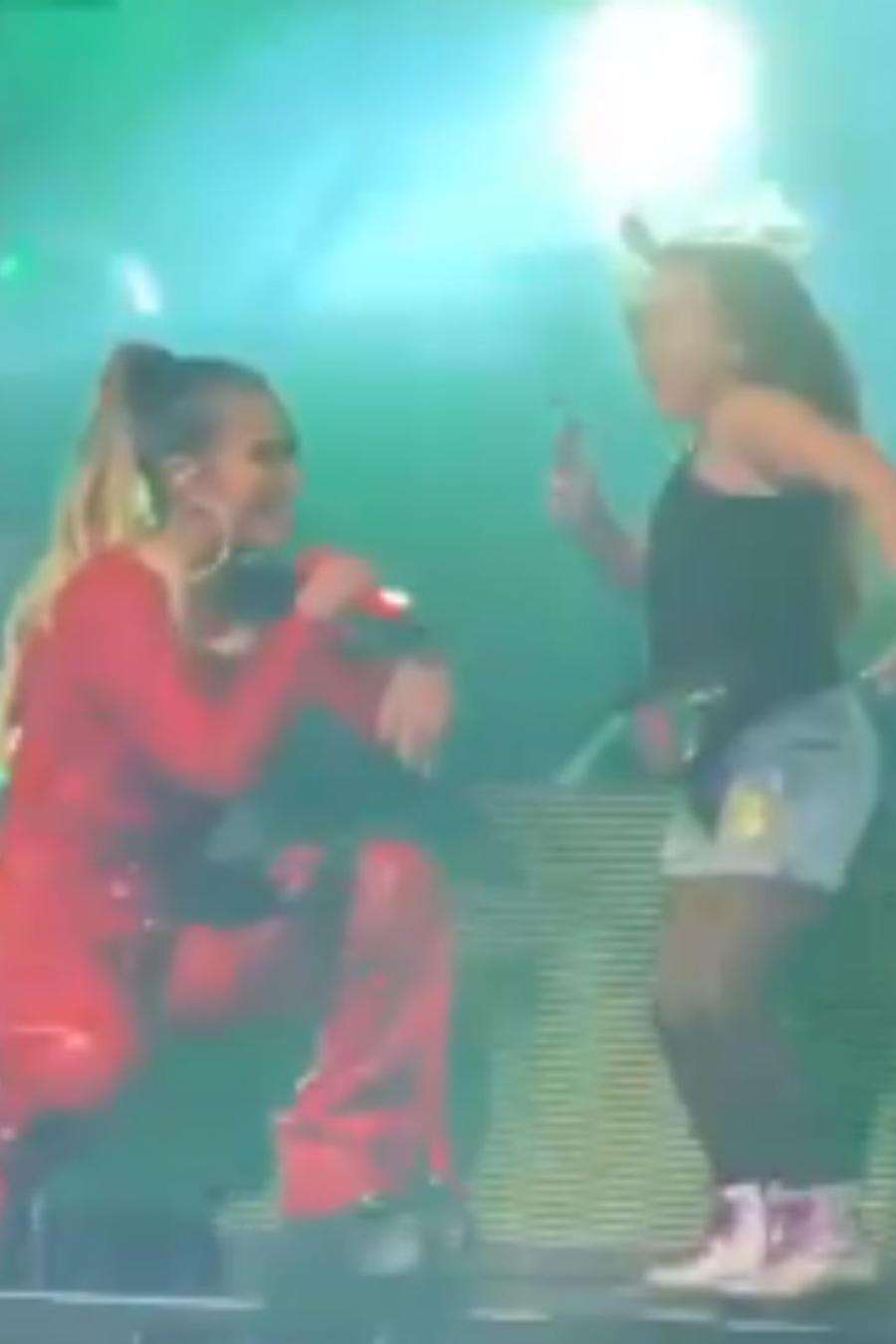 Karol G con una fan en concierto