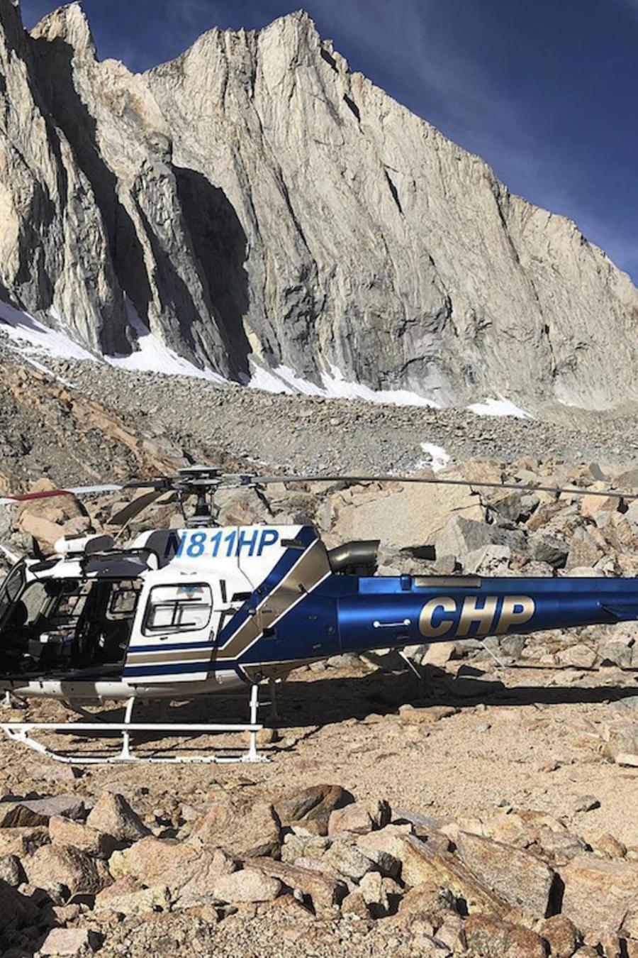 Un helicóptero el 16 de octubre en el lugar donde fue encontrado el esqueleto en el monte  Williamson.