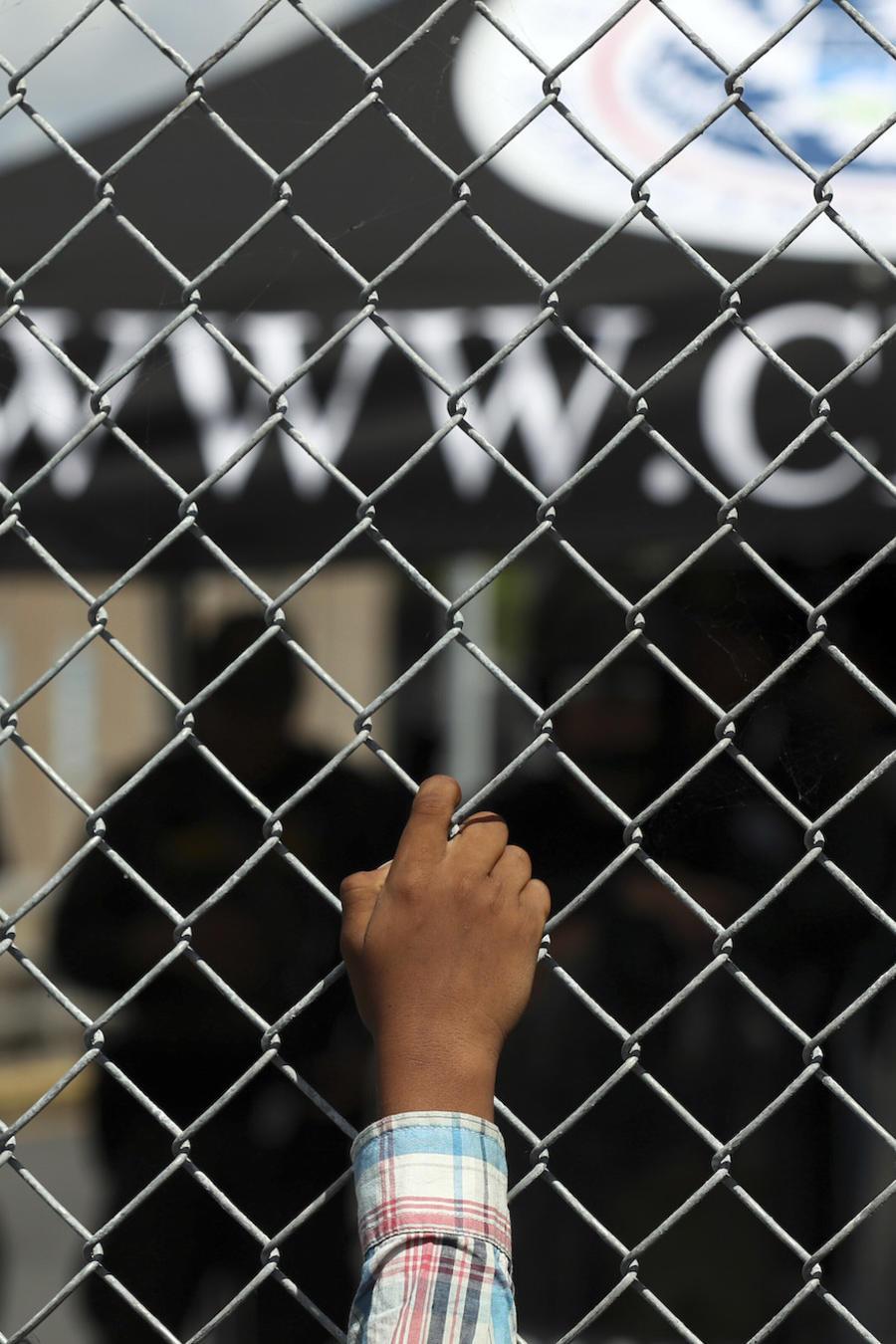 Imagen de archivo de un migrante en el puente internacional entre Matamoros, Tamaulipas, y Brownsville, Texas.
