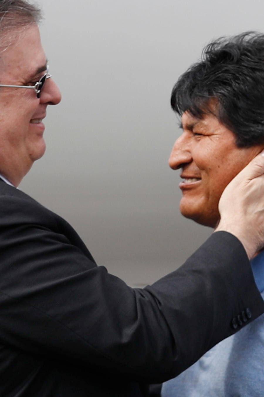 El canciller mexicano, Marcelo Ebrard, recibió este martes a Evo Morales en México