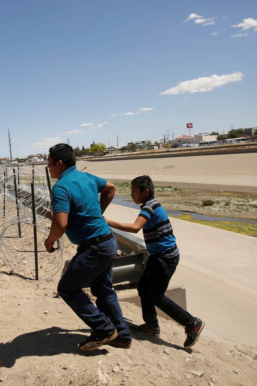 Un hombre y un niño intentan cruzar hacia El Paso, Texas
