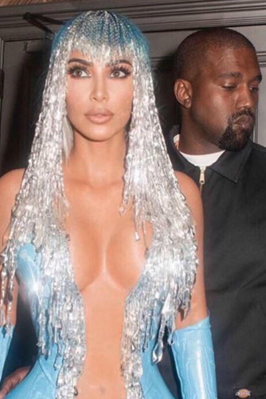Kim Kardashian con vestido azul escotado