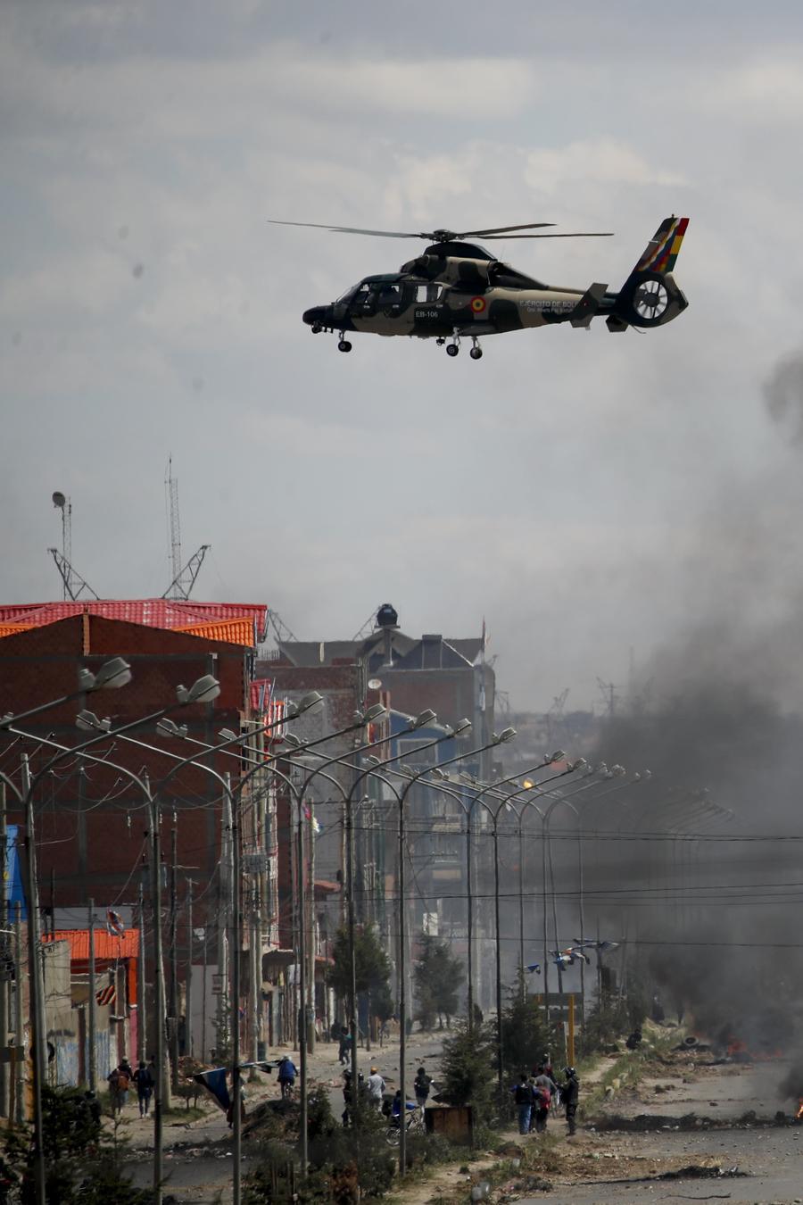 Un helicóptero del ejército sobrevuela la planta de combustible de Senkata