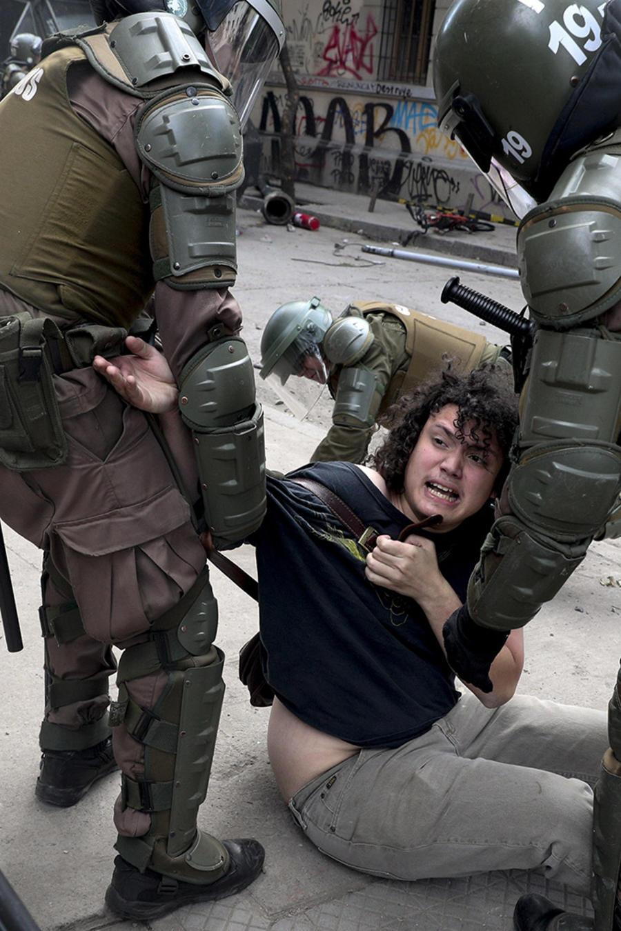La Policía detiene a un manifestante en Santiago, durante un protesta ocurrida el pasado 5 de noviembre de 2019.