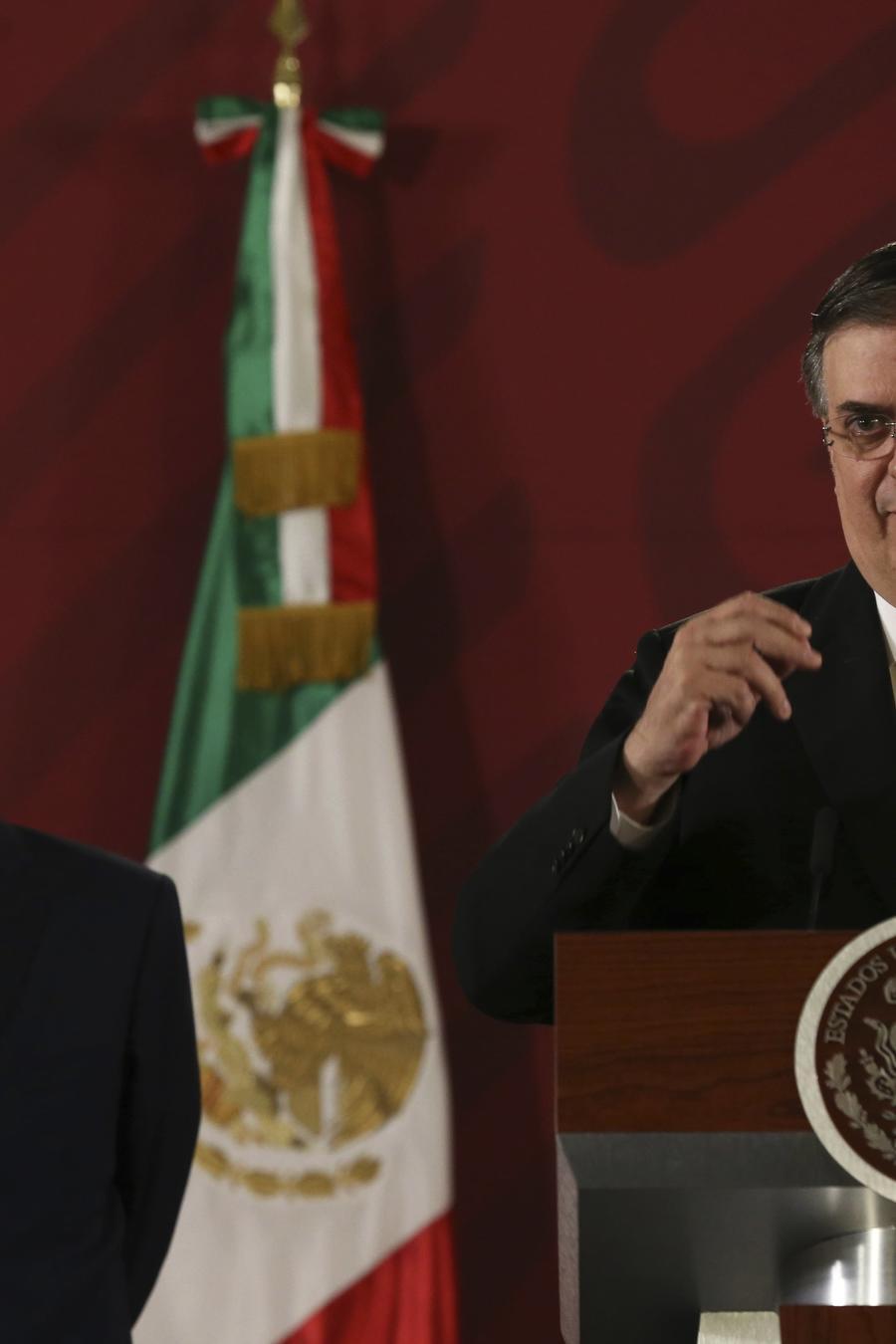 Andrés Manuel López Obrador (izq.) y su canciller, Marcelo Ebrard