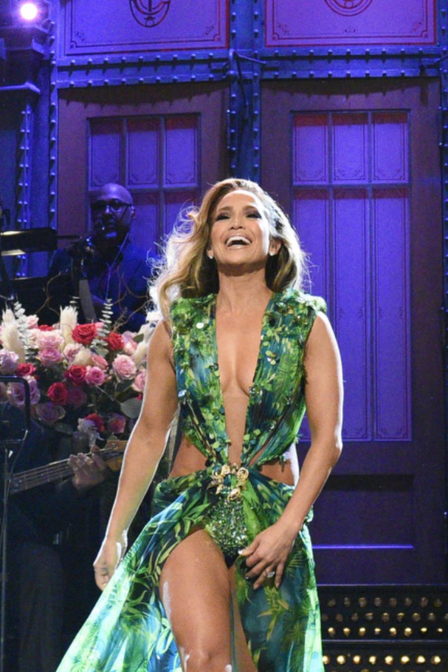 Jennifer Lopez con su vestido Versace en Saturday Night Live