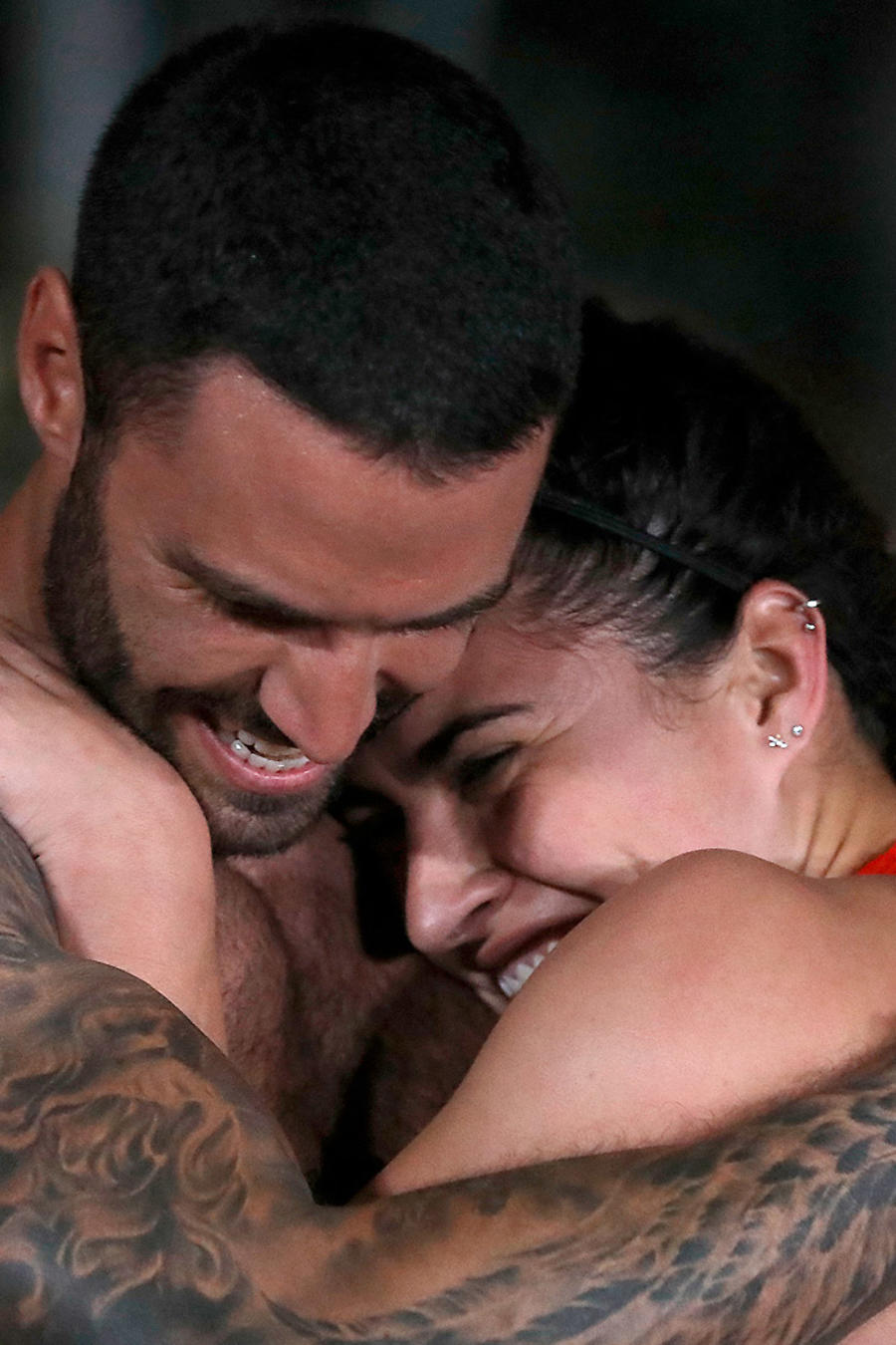 Fernando Lozada y Nona González se abrazan