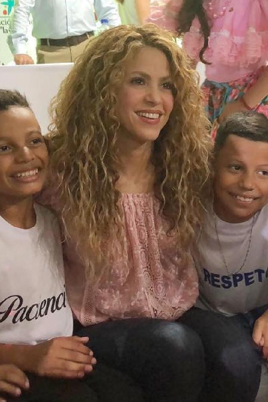 """Shakira con niños de la fundación """"Pies Descalzos"""""""