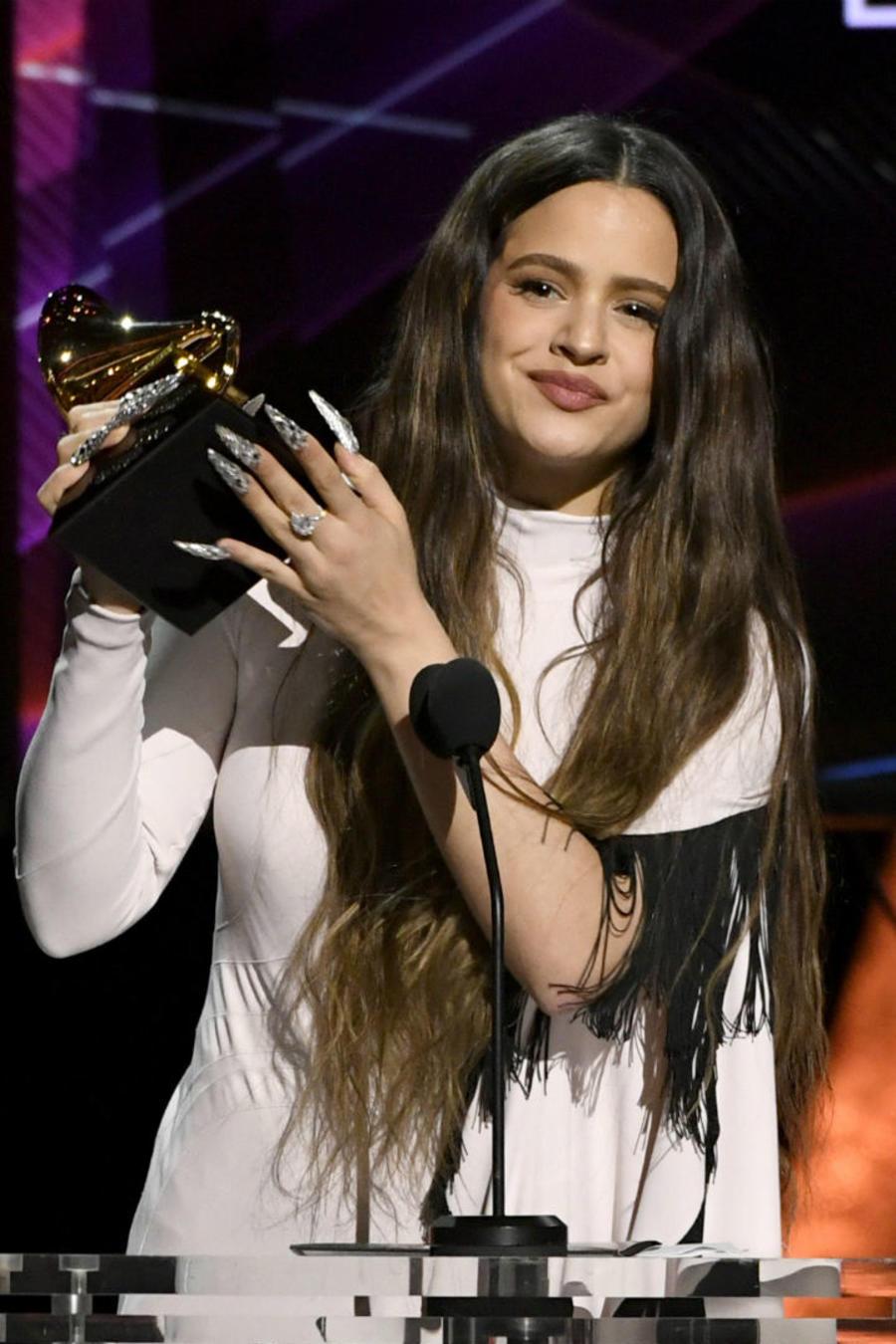 Rosalía recibiendo su premio en los Grammys 2020