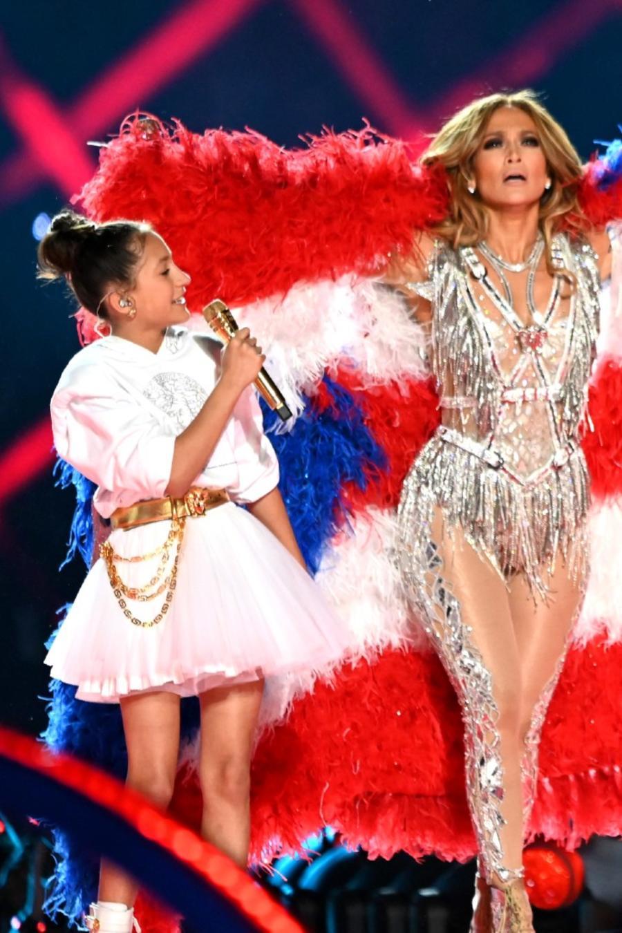 Jennifer Lopez y su hija Emme en el medio tiempo del Super Bowl LIV