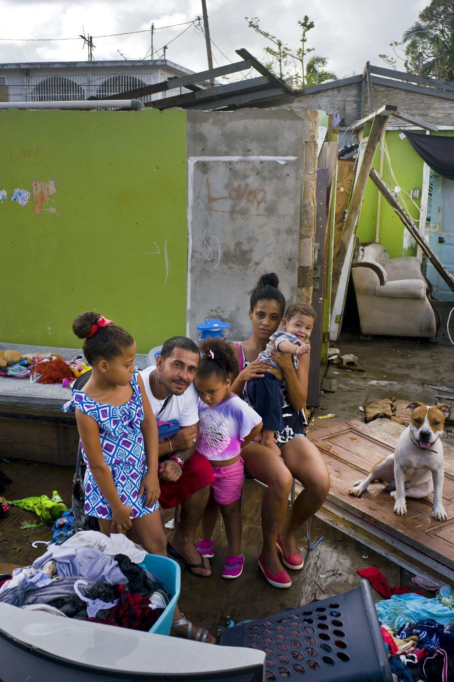 Familia damnificada por el huracán María en Puerto Rico