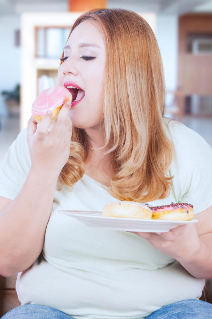 Mujer comiendo donas