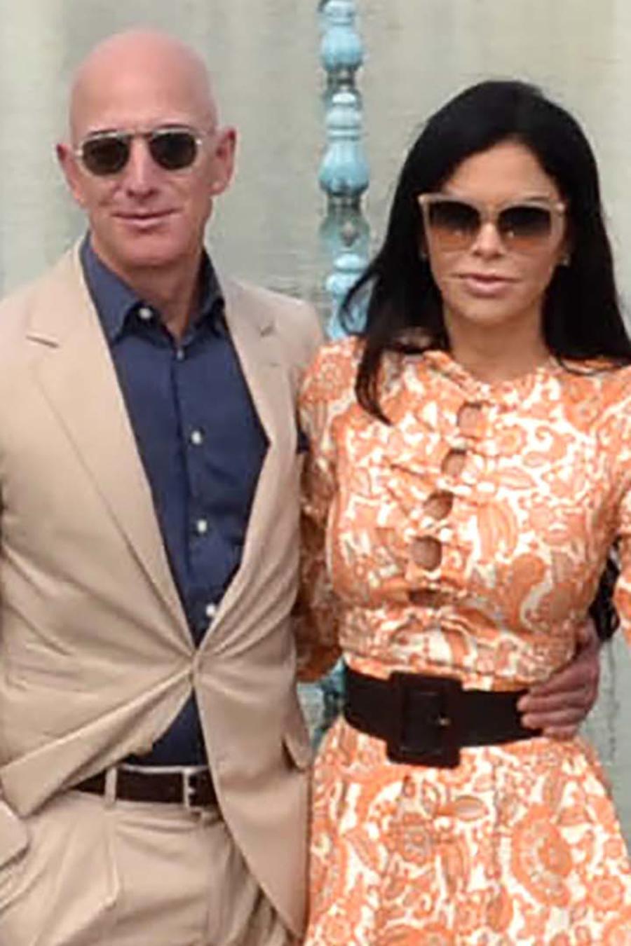 Jeff Bezos y Lauren Sanchez  durante su visita al Taj Mahal